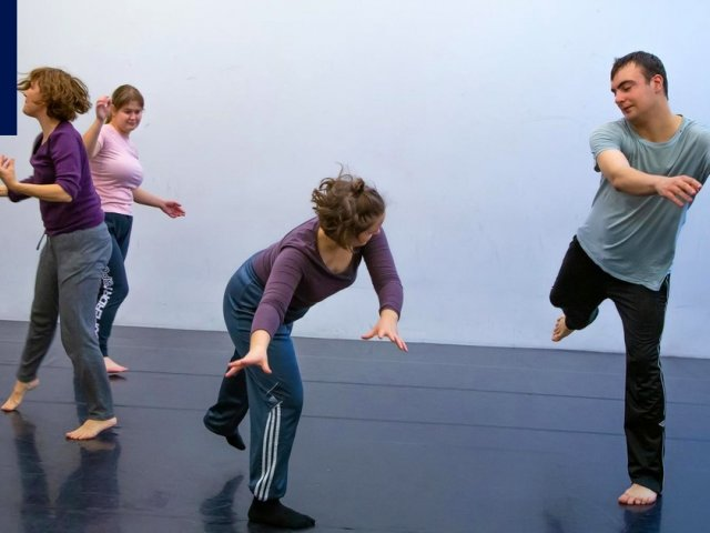 Tanssiarvostelu | Autismin kirjon nuorille ja ammattitanssijoille tehty tanssiteos nostaa keskiöön kaikille yhteisen tavan liikk...