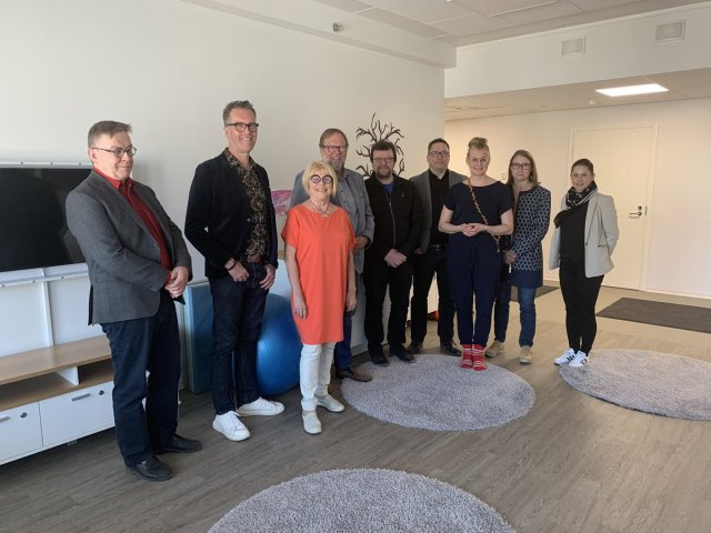 @Autismisaatio: Autismisäätiön hallitus ja johtoryhmä kokoontuivat tänään Tampereelle tutustumaan uusiin yksikköihimme Lintuhyttiin ja Tulliin sekä työstämään strategiaa. Kuvassa poseerataan Lintuhytissä. https://t.co/Ej38SKeNfD